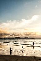 Silhueta de família na Praia de Ponta das Canas. Florianópolis, Santa Catarina, Brazil. / <br /> Silhouette of a family at Ponta das Canas Beach. Florianopolis, Santa Catarina, Brazil.