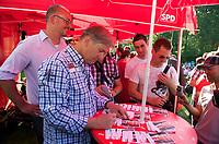 DEU, Deutschland, Germany, Berlin, 20.08.2011:<br />Der Regierende Bürgermeister von Berlin, Klaus Wowereit (SPD) signiert eine Autogrammkarte beim Besuch des LesBiSchwulen Parkfests  im Volkspark Friedrichshain. Links im Hintergrund neben Klaus Wowereit: Jan Stöß, SPD-Bürgermeisterkandidat von Friedrichshain-Kreuzberg. Der Besuch ist Teil der Kiez-Wahlkampftour von Klaus Wowereit durch alle Bezirke Berlins.