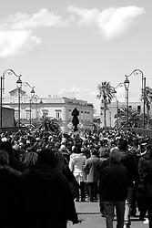 I riti della Settimana Santa a Taranto, i fedeli seguono la statua dell'Addolorata che percorre tutta la città.