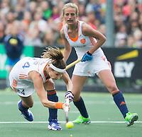 AMSTERDAM - Hockey - Eva de Goede (Neth).   Interland tussen de vrouwen van Nederland en Groot-Brittannië, in de Rabo Super Serie 2016 .  op de achtergrond Lauren Stam (Neth) . COPYRIGHT KOEN SUYK