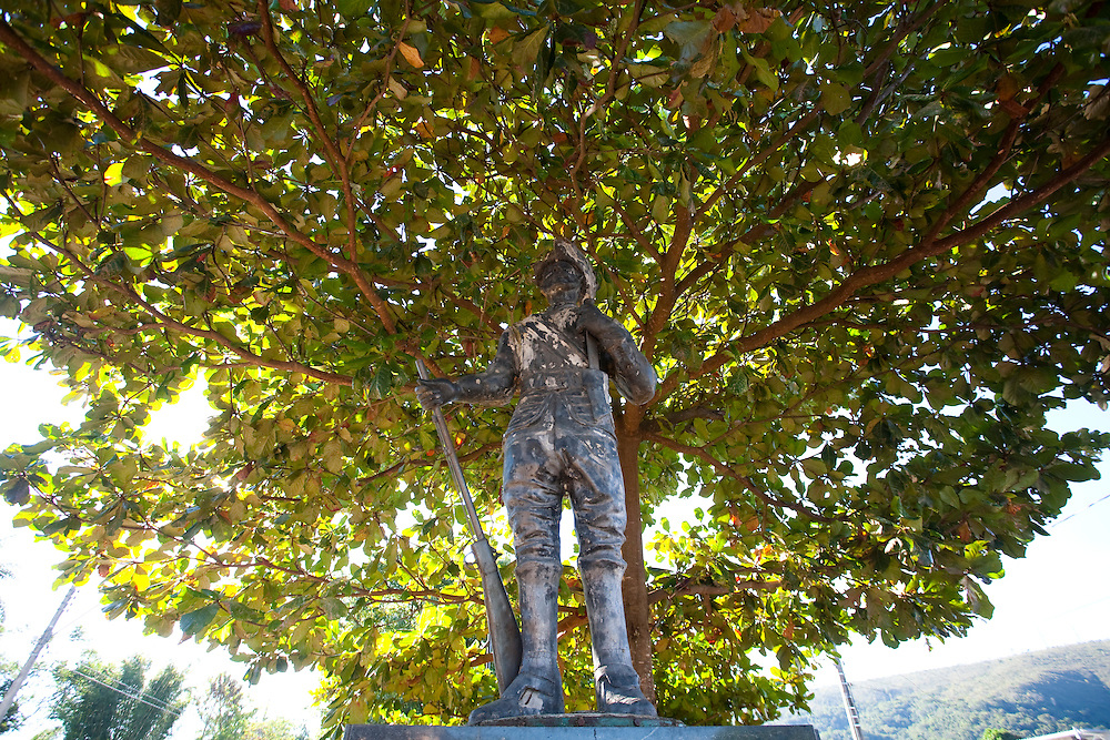 Pitangui_MG, Brasil...Estatua de um bandeirante em Pitangui, Minas Gerais. Ao fundo uma amendoeira (Prunus dulcis)...Bndeirante Statue in Pitangui, Minas Gerais. In the background an almond tree (Prunus dulcis)...Foto: LEO DRUMOND / NITRO