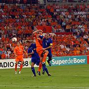 NLD/Eindhoven/20050907 - WK kwaificatiewedstrijd Nederland - Andorra, (17) Jan Venegoor of Hesselink in duel met Antoni Lima, elleboogstoot