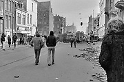 Nederland, Amsterdam, 2-3-1980  Barricades van zand, stoeptegels, bouwketen en ander bouwmateriaal in de Vondelstraat. Een pand aan de Vondelstraat is gekraakt en de politie was niet in staat het te voorkomen of direct te ontruimen . De volgende nacht zou met tanks en pantserwagens de straat vrijgemaakt worden.Foto: Flip Franssen