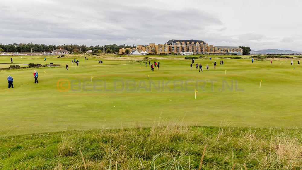 05-10-2019 Schotland - St Andrews Old Course, Himalayas putting green met het Old Course Hotel op de achtergrond