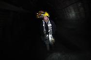 Valentina Zurru cammina in una delle gallerie della carbosulcis