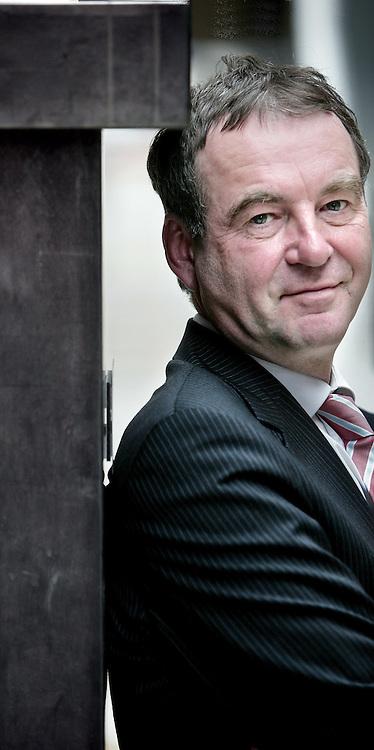 Nederland.Den Haag.29 maart 2007..Petrus Leonardus Bastiaan Antonius (Pieter) van Geel (Valkenswaard, 8 april 1951) is een Nederlandse politicus van het CDA. Hij bekleedde de post van staatssecretaris van Milieu in de kabinetten Balkenende I, Balkenende II en III. Sinds 21 februari 2007 is hij fractievoorzitter van de CDA-Tweede Kamerfractie..Bij de verkiezingen van  2010 stelde hij zich niet verkiesbaar.