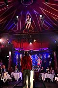 Joris Bijdendijk Palazzo. Met een gastronomisch viergangenmenu en met grandioze acrobatiek, aanstekelijke humor en spetterende livemuziek, dompelt de spiksplinternieuwe show 'Haut Chaos' u onder in een wereld van verwonderingen puur genot.<br /> <br />  <br /> Op de foto: Flip 'n 'Fly