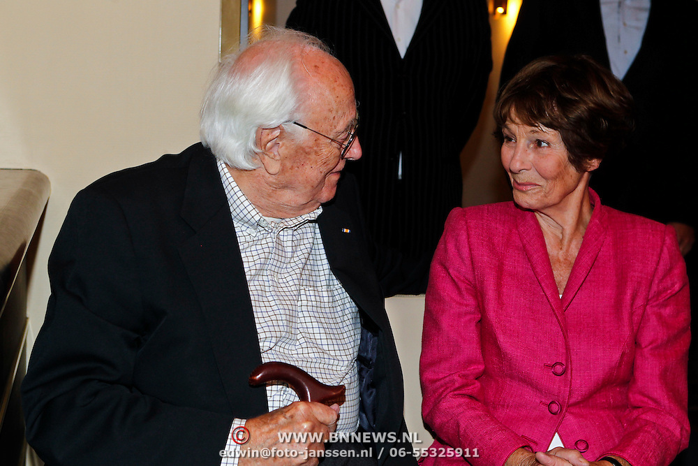 NLD/Amsterdam/20100910 - Paul van Vliet viert 75ste verjaardag met vrienden, Mies Bouwman en partner Leen Timp