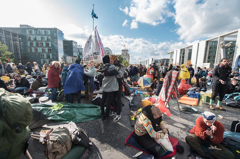 10 OCT 2019, BERLIN/GERMANY:<br /> Extinction Rebellion (XR), eine globale Umweltbewegung protestiert mit der Blockade von Verkehrsknotenpunkten fuer eine Kehrtwende in der Klimapolitik, im Hintergrund die Kuppel des Reichstagsgebaeudes, Marschallbruecke<br /> IMAGE: 20191010-01-003<br /> KEYWORDS: Demonstration, Demo, Demonstranten, Klima, Klimawandel, climate change, protest, Marschallbrücke