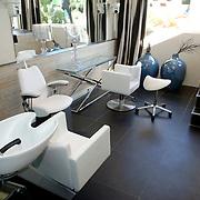 NLD/Eemnes/20060921 - Perspresentatie de Gouden Kooi, villa, verzorgingskamer, kapperstoel