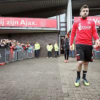 Nederland, Amsterdam , 1 mei 2012..Donderdagmiddag vanaf 17.00 uur mogen aanhangers van Ajax eindelijk nabij de Amsterdam Arena het landskampioenschap vieren. Al enkele weken was het onoverkomelijk dat Ajax de titel zou grijpen, maar sinds woensdag, na de 2-0 zege op VVV, is de titel ook officieel binnen..Op de foto de spelers van Ajax lopen omringd door fans het veld op voor laatste training voor wedstrijd tegen VVV  waarbij publiek mag komen kijken..Speler Theo Janssen  loopt het veld op..Foto:Jean-Pierre Jans