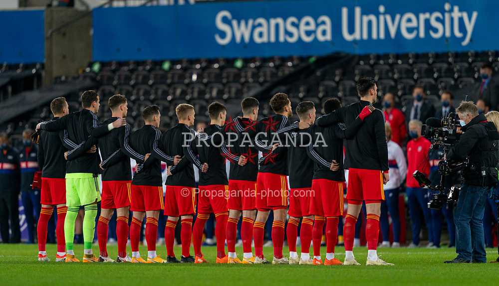 SWANSEA, WALES - Thursday, November 12, 2020: Wales players stand for the national anthem before an International Friendly match between Wales and the USA at the Liberty Stadium. (Pic by David Rawcliffe/Propaganda)