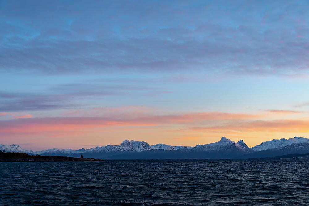 Mørketidslys bak Evenestangen og Steinkirka i Evenes kommune, Nordland.