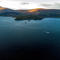 Lago Lomond (paisagem) fotografado na Escócia, na Europa. Registro feito em 2019.<br /> ⠀<br /> ⠀<br /> <br /> <br /> <br /> <br /> ENGLISH: Loch Lomond photographed in Scotland, in Europe. Picture made in 2019.