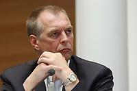 29 APR 2003, BERLIN/GERMANY:<br /> Norbert Hansen, Vorsitzender Gewerkschaft Transnet, waehrend der Pressekonferenz zur Ausbildungsplatzoffensive 2003, Bundespresseamt<br /> IMAGE: 20030429-01-029