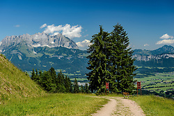 THEMENBILD - Die Anfahrt auf die Alte Schneise mit dem Wilden Kaiser im Hintergrund, aufgenommen am 26. Juni 2017, Kitzbühel, Österreich // The approach to the Alte Schneise with the Wilder Kaiser in the background at the Streif, Kitzbühel, Austria on 2017/06/26. EXPA Pictures © 2017, PhotoCredit: EXPA/ Stefan Adelsberger