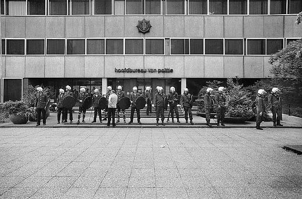 Nederland, Nijmegen, 25-9-1984Demonstratie tegen het voornemen van het kabinet Lubbers om te korten op uitkeringen van voordeurdelers.De mobiele eenheid moet het gemeentehuis en het politiebureau beschermen tegen aktievoerders.Foto: Flip Franssen/Hollandse Hoogte