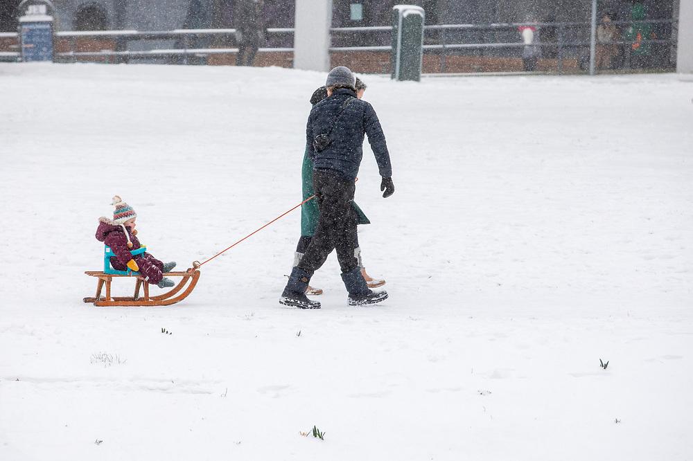 In Utrecht wordt een meisje door haar ouders voortgetrokken op de slee. Nederland geniet van de eerste sneeuw sinds lange tijd.<br /> <br /> In Utrecht a girl is carried on a sled by her parents. People in the Netherlands enjoy the first snow since years.