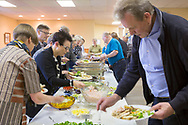 En grupp från finska Mestälehti på besök hos Suomi Hall i Astoria och det bjuds på smörgåsbord.<br /> <br /> Foto: Christina Sjögren