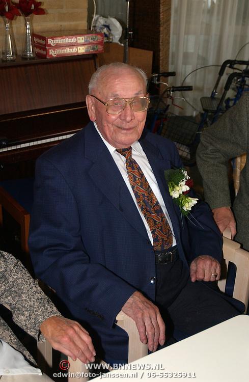 Verjaardag 102 jarige Hr. Willem Enterman de bolder Bussum met burgemeester Holthuijzen en vriendin
