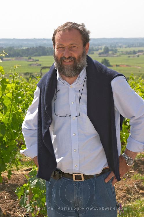 Pascal Delbec, owner and wine maker in the vineyard  Chateau Belair (Bel Air) 1er premier Grand Cru Classe  Saint Emilion  Bordeaux Gironde Aquitaine France