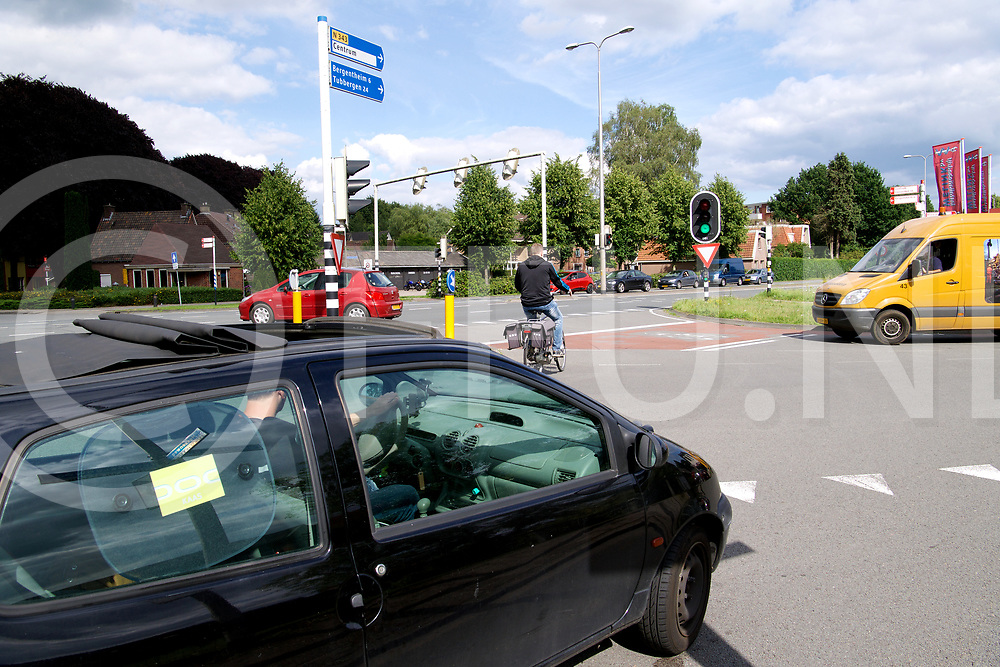 HARDENBERG - Verkeers chaos<br /> Foto: Hessenweg/Twente weg bij verkeerslichten icm de fietsers een puinhoop<br /> FFU PRESS AGENCY COPYRIGHT FRANK UIJLENBROEK
