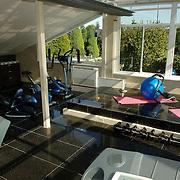 NLD/Eemnes/20060921 - Perspresentatie de Gouden Kooi, villa, fitnessruimte, loopband, roeimachine
