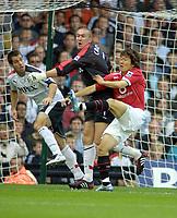 Fotball<br /> England 2005/2006<br /> Foto: Colorsport/Digitalsport<br /> NORWAY ONLY<br /> <br /> Mark Crossley (Fulham goalkeeper) Ji Sung Park (Utd) . Carlos Bocanegra (left). Fulham v Manchester United. 1/10/2005