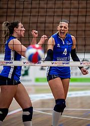 28-04-2018 NED: Alterno - Sliedrecht Sport, Apeldoorn<br /> De spanning is volledig terug in de best-of-five serie om de landstitel bij de vrouwen. Coolen-Alterno won vanavond in eigen huis met 3-2 van regerend landskampioen Sliedrecht Sport en trok daarmee de stand gelijk: 1-1 / Lea van Rooijen #4 of Sliedrecht Sport, Lynn Thijssen #8 of Sliedrecht Sport