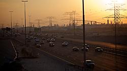 Sheikh Zayed Road, auto-estrada que liga as cidade de Dubai e Abu Dhabi, nos Emirados Árabes Unidos. FOTO: Jefferson Bernardes/Preview.com