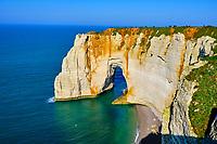 France, Seine-Maritime (76), Pays de Caux, Côte d'Albâtre, Etretat, la falaise d'Aval, la Manneporte // France, Seine-Maritime (76), Pays de Caux, Côte d'Albâtre, Etretat, the cliff of Aval, the Manneporte