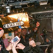 NLD/ENSCHEDE/20121223 - SERIOUS REQUEST DAG 6 - Michiel Veenstra en Gerard Ekdom gaan uit hun dak bij bekend worden tussenstand
