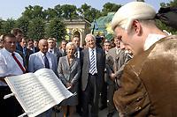 28 AUG 2002, POTSDAM/GERMANY:<br /> Edmund Stoiber, Ministerpraesident Bayern und CDU/CSU Kanzlerkandidat, und Ehefrau Karin Stoiber, und Joerg Schoenbohm (2.v.L.), Innenminister Brandenburg, schauen einem Floetenspieler in historischer Kleidung zu, waehrend einem Rundgang duch den Schlosspark Sanssouci<br /> IMAGE: 20020828-02-006<br /> KEYWORDS: Ministerpräsident