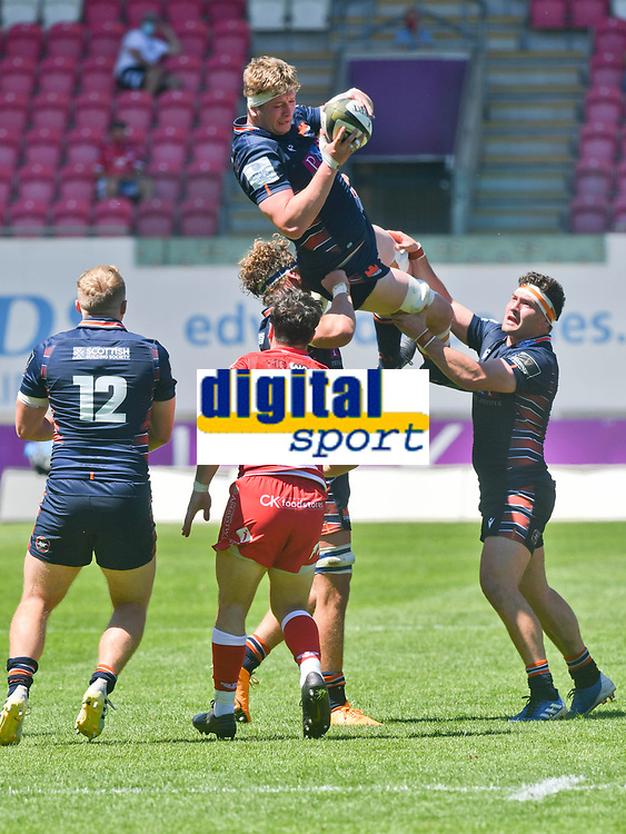rugby union_Scarlets-Edinburgh: Pro14 Rainbooup E - parc y scarlets Llanelli<br /> <br /> J. Hodgson, Edinburgh leaps to take the ball from a kick off<br /> <br /> COLORSPORT/WINSTON BYNORTH