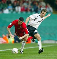 Fotball<br /> VM-kvalifisering<br /> Wales v Østerrike<br /> 26. mars 2005<br /> Foto: Digitalsport<br /> NORWAY ONLY<br /> Mark Delaney goes down under the challenge of Austria's Andreas Ivanschitz