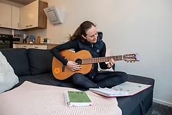 ROECKENER Lisa<br /> Gitarre spielen<br /> Kettenkamp - Portrait Lisa Roeckener 2019<br /> Homestory und Portrait Lisa Roeckener<br /> 20. Februar 2019<br /> © www.sportfotos-lafrentz.de/Stefan Lafrentz