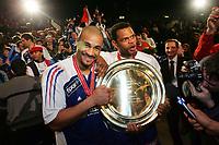 Håndball , 5. januar 2006 , EM-finale , Frankrike - Spania , Frankrike med vant finalen , Didier Dinart und Joel Abati (FRA) mit der EM-Trophy <br /> Foto:  Alexander Wagner/Digitalsport