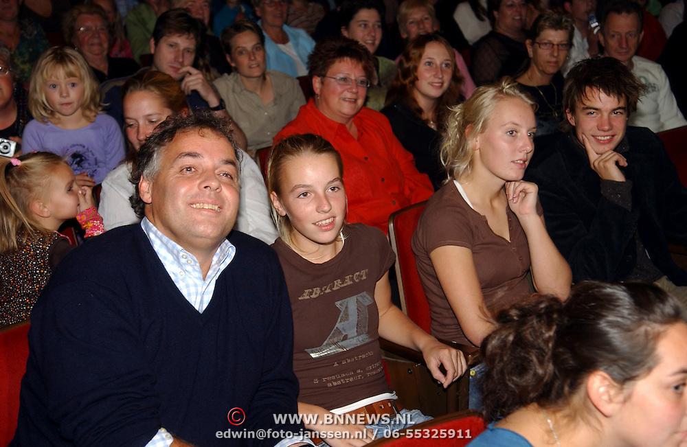 NLD/Amsterdam/20051018 - CD presentatie msucial Annie door Paul de Leeuw verkleed als Annie de Rooij, Aad Ouborg en dochter