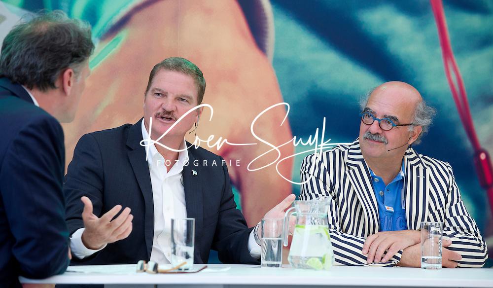 Den Haag - De Arubaanse premier Mike Eman bracht vandaag een bezoek aan het WK hockey waar hij in de stand van Sublime FM aan een paneldiscussie met de titel De tafel van de vooruitgang meedeed. Andere deelnemers waren KNHB directeur Johan Wakkie, FOTO KOEN SUYK