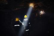 Dos mineros camina en el interior de un socavón en la mina de Rinconada.