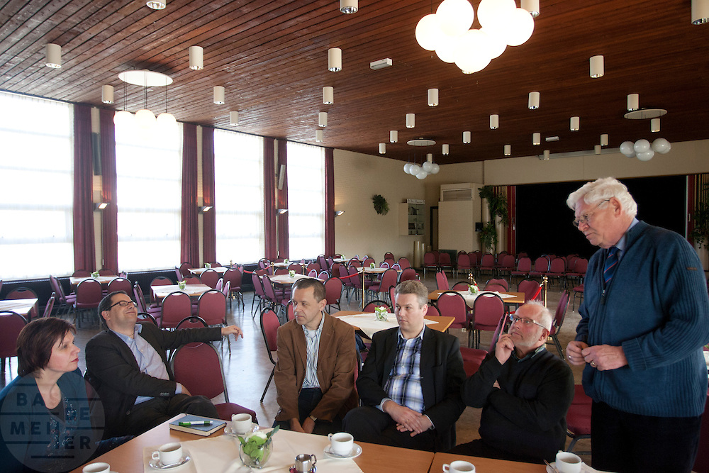 Ruth Peetoom praat met leden in Dronten. Ze bezoekt de provincie Flevoland en Heerenveen tijdens haar campagne als kandidaat-voorzitter van het CDA. Peetoom wil weten wat de CDA leden willen en haar verhaal vertellen, zodat de leden weten op wie ze kunnen stemmen