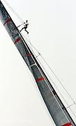"""V21. Valencia, 23/06/06. El tripulante del velero clase Copa América, SUI-75, del """"Alinghi"""", Murray Jones, sube al palo en busca del viento durante el primer """"match race"""" de la segunda jornada del Valencia Louis Vuitton Acto 12, correspondiente a las prerregatas de la Copa del América, frente al litoral de la ciudad. EFE/Kai Försterling"""