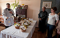 07.04.2012 wies Kolodno woj podlaskie N/z swiecenie pokarmow w Wielka Sobote odbywa sie w mieszkaniu prywatnym. Ksiadz przyjezdza tu z parafii Suprasl fot Michal Kosc / AGENCJA WSCHOD