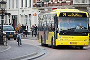 Fietser en een streekbus bij het Janskerkhof in Utrecht.<br /> <br /> A bus and a cyclist at Janskerkhof Utrecht.