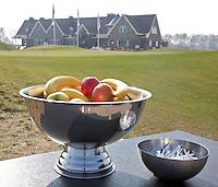 SPIJK - Golfclub THE DUTCH bij Gorinchem. The Dutch is een privégolfclub die uitsluitend toegankelijk is voor members en hun gasten. Members worden begeleidt door de 10 professionals van Made in Scotland. Fruit en tees op de eerste tee. FOTO KOEN SUYK