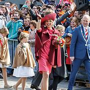 NLD/Dordrecht/20150427 - Koningsdag 2015 in Dordrecht, Willlem-Alexander, met partner Maxima en kinderen Amalia, Alexia en Ariane
