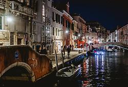 THEMENBILD - Stadtansicht eines Nebenkanals bei Nacht, aufgenommen am 03. Oktober 2019 in Venedig, Italien // City view of a side channel at night in Venice, Italy on 2019/10/03. EXPA Pictures © 2019, PhotoCredit: EXPA/ JFK