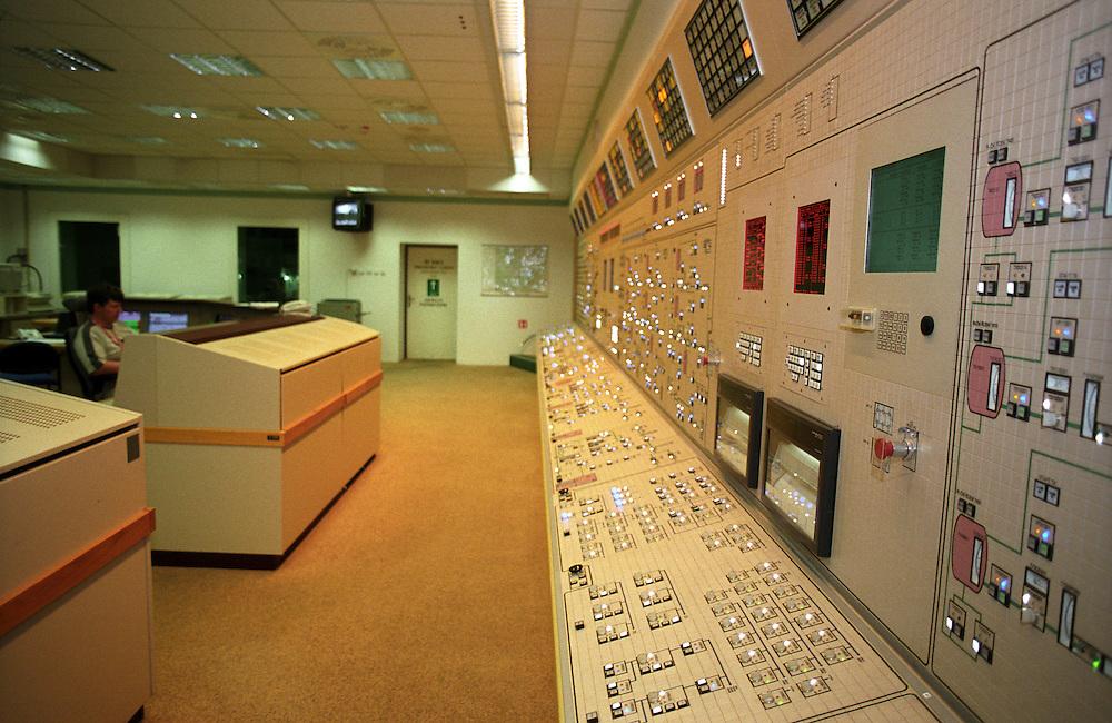 Temelin/Tschechische Republik, Tschechien, CZE, 25.06.2004: Kontrollzentrum (Blockwarte) des Atomkraftwerks Temelin. Der Betrieb eines jeden Reaktorblocks wird mittels eines digitalen Kontroll- und Steuersystems aus der Blockwarte geleitet. Reaktor 2 war zu dieser Zeit heruntergefahren. Das Kernkraftwerk steht 24 Km von der Stadt Ceske Budejovice entfernt.<br /> <br /> Temelin/Czech Republic, CZE, 25.06.2004: Control center for one of the dry wells in the Nuclear Power Station Temelin. From separate control centers for each reactor the staff is in charge for function of those, via digital control and feedback control systems. The Nuclear Power Plant Temelin is located, approximately 24 km from the town of Ceske Budejovice.