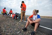 Lieske Yntema zit klaar om in de VeloX V te gaan zitten. Op maandagochtend vinden de kwalificaties plaats. Het team slaagt er door valpartijen niet in om de rijders en de VeloX V te kwalificeren. Het Human Power Team Delft en Amsterdam (HPT), dat bestaat uit studenten van de TU Delft en de VU Amsterdam, is in Amerika om te proberen het record snelfietsen te verbreken. Momenteel zijn zij recordhouder, in 2013 reed Sebastiaan Bowier 133,78 km/h in de VeloX3. In Battle Mountain (Nevada) wordt ieder jaar de World Human Powered Speed Challenge gehouden. Tijdens deze wedstrijd wordt geprobeerd zo hard mogelijk te fietsen op pure menskracht. Ze halen snelheden tot 133 km/h. De deelnemers bestaan zowel uit teams van universiteiten als uit hobbyisten. Met de gestroomlijnde fietsen willen ze laten zien wat mogelijk is met menskracht. De speciale ligfietsen kunnen gezien worden als de Formule 1 van het fietsen. De kennis die wordt opgedaan wordt ook gebruikt om duurzaam vervoer verder te ontwikkelen.<br /> <br /> The qualifying on Monday. The team didn't qualify due to crashes. The Human Power Team Delft and Amsterdam, a team by students of the TU Delft and the VU Amsterdam, is in America to set a new  world record speed cycling. I 2013 the team broke the record, Sebastiaan Bowier rode 133,78 km/h (83,13 mph) with the VeloX3. In Battle Mountain (Nevada) each year the World Human Powered Speed Challenge is held. During this race they try to ride on pure manpower as hard as possible. Speeds up to 133 km/h are reached. The participants consist of both teams from universities and from hobbyists. With the sleek bikes they want to show what is possible with human power. The special recumbent bicycles can be seen as the Formula 1 of the bicycle. The knowledge gained is also used to develop sustainable transport.