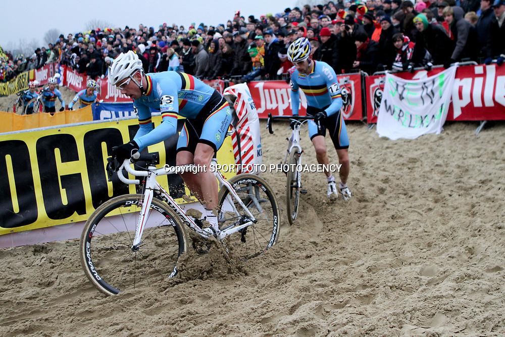 Sven Nys in het zand, Rob Peeters volgt lopend